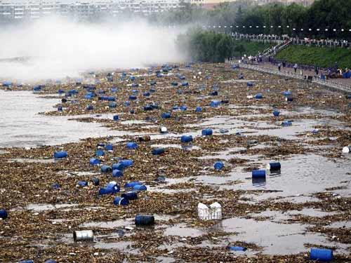 吉林千余化学原料桶涌入松花江市民担忧水质