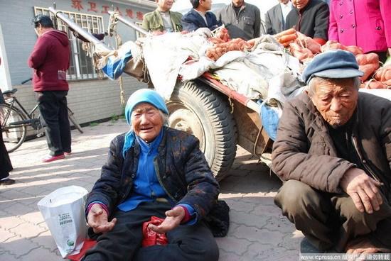 76岁的菜农张全会和老伴。东方IC 资料图