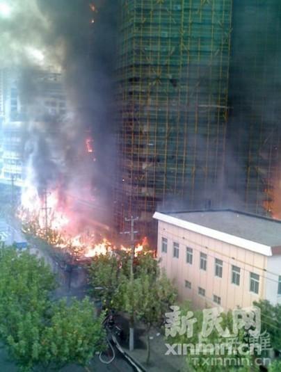 大楼被大火和浓烟包围。来源:新民网上海滩微博