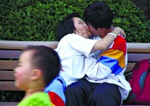 中学生在接吻恋爱