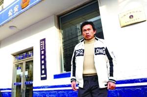 武汉男子童贻鸿在双井派出所门前准备自首。记者 杨杰 摄