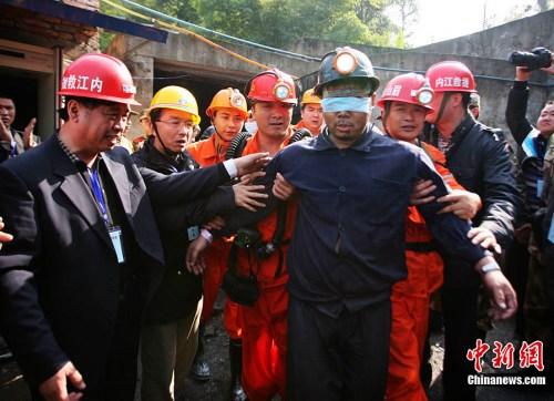 从11月22日中午开始,四川威远煤矿透水事故中被困矿工陆续获救升井。13时20分,此次事故中最后一名被困人员安全升井。图为第二名获救矿工安全走出井口。图片来源:中国新闻网 刘忠俊 摄