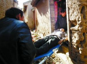 7日,遇难少年杨少朋的遗体被家人抬回家。曹福川 摄