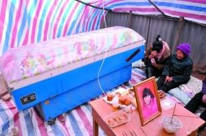 被撞身亡的14岁杨园美的灵堂。7日,洛宁县邮政局长因酒驾致5人死亡被捕。赵民强 李风波 摄
