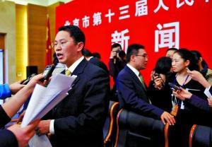 昨日,北京市科委副主任伍建民(左)和北京市发改委副主任卢映川(右)会后答记者问。本报记者 韩萌 摄