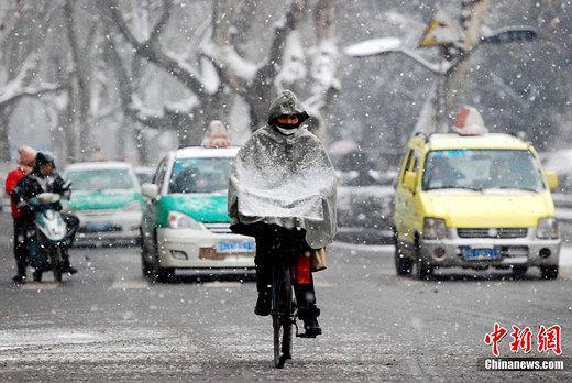 1月18日,一场大雪突降江西九江,赣北大地一片银白,居民出行受到影响。胡国林 摄 图片来源:CNSPHOTO