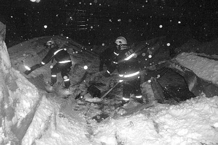 消防官兵在垮塌的厂棚上灭火抢险 通讯员 阮守军 记者 张路桥 摄