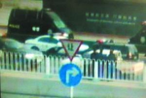 西大望路,皮卡车被警车围堵住。图中白色皮卡为嫌疑车辆。视频截图