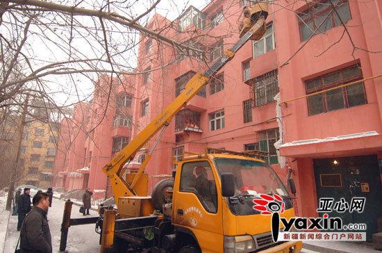 登高车助力 新疆乌鲁木齐市一家属院大块冰瀑被清除
