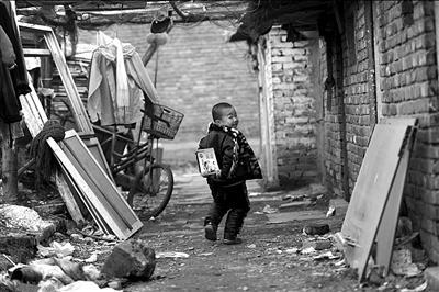 进城务工人员的子女既进不了公办幼儿园,又上不起昂贵的民办幼儿园。本报记者潘之望摄(资料图片)