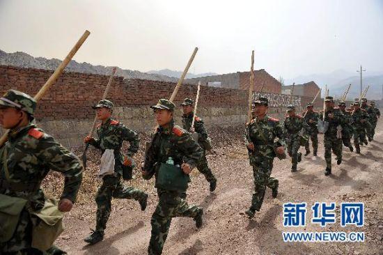 4月30日,武警阳泉支队的官兵们赶往火灾现场。新华社记者 詹彦摄