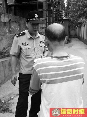 昨日,接到医院报警后警察来到现场调查,徐爸又向警察报案称儿子遭非法关押,该警察对此进行记录。专题撰摄影 信息时报记者 闫晓光
