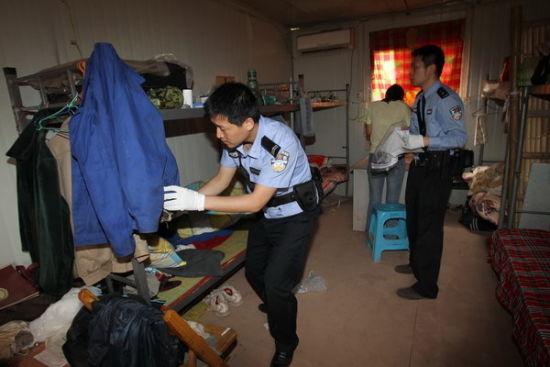 警方在工地打手的寝室调查取证