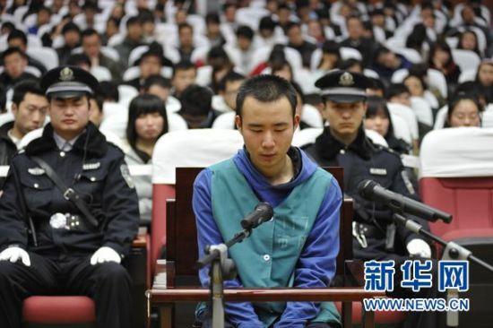资料图片:3月23日,药家鑫在法庭痛哭忏悔。