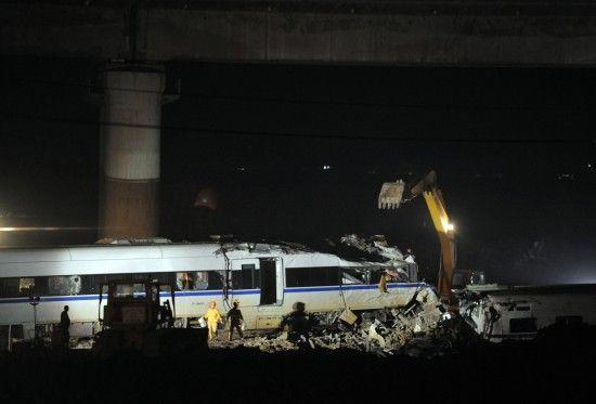 7月25日,挖掘机正在对事故列车车厢进行拆解。新华社记者 徐昱 摄