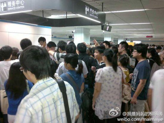 争等道歉信的乘客。 来源:新浪微博网友@我是妈妈的柳承俦