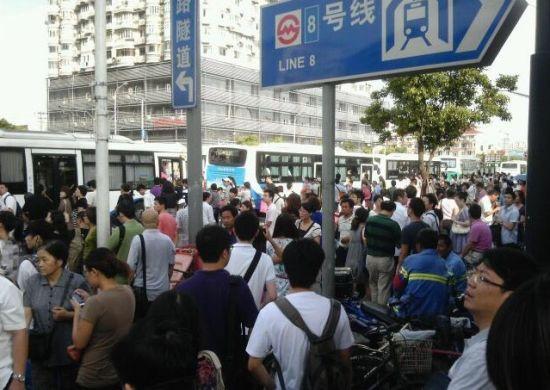 8号线故障也造成了周边出入口的拥挤。 来源:新浪微博