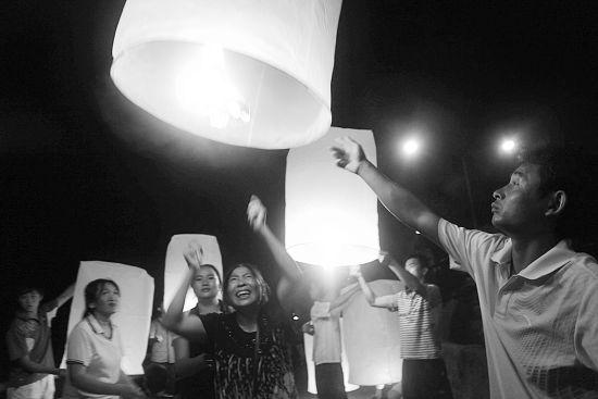 13日晚,在泰国清盛举行的追思会现场点亮孔明灯,悼念逝去的中国船员 图/CFP