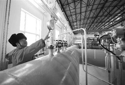 工作人员在检查中俄原油管道。该管道14日一度因地震停止对华输油。资料图片