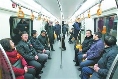 昨日,本报记者与省、市人大代表一同试乘了地铁二号线。