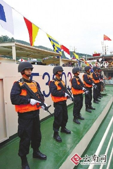 12月10日,云南公安边防总队水上支队成员在西双版纳关累港准备出发。 [新华社记者 蔺以光 摄]