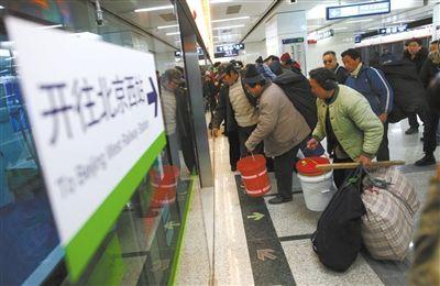 昨日,9号线郭公庄站,几位返乡乘客背着大包乘车。