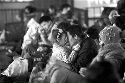 1月11日,北京西站,一对父女在候车室等待验票上车。本报记者 周岗峰 摄