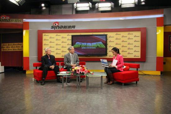 中国前APEC高官王�飞�(左)和前外交部美国处处长丁原洪(中)正在访谈