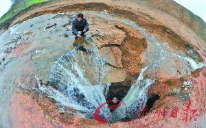 益阳市岳家桥镇被截流的河水涌入岩溶塌陷形成的深坑。新华社发