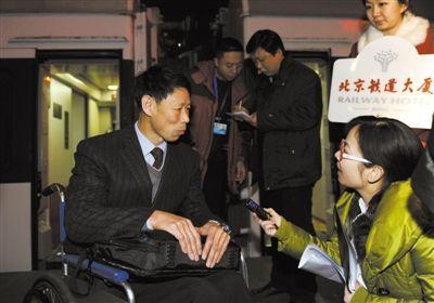 全国政协委员王树明在接受采访。昨晨6时,首批来自吉林省的全国政协委员乘坐Z62次列车抵京。新华社记者 谢环驰 摄