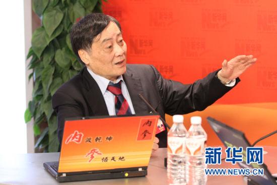 3月2日,全国人大代表、杭州娃哈哈集团董事长宗庆后做客新华网全国两会访谈。图为宗庆后代表与主持人交流。