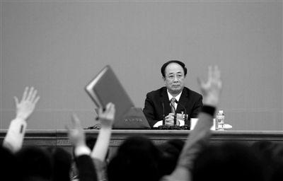 昨日,人民大会堂金色大厅,全国政协十一届五次会议新闻发布会上,记者们举手向新闻发言人赵启正提问。