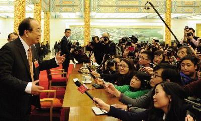 """会后记者""""追问""""大会发言人赵启正。图/新华社"""