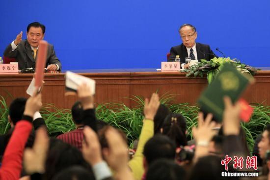 3月4日上午11时,十一届全国人大五次会议在人民大会堂三楼金色大厅举行新闻发布会,由大会发言人李肇星回答中外记者的提问。 中新社记者 盛佳鹏 摄