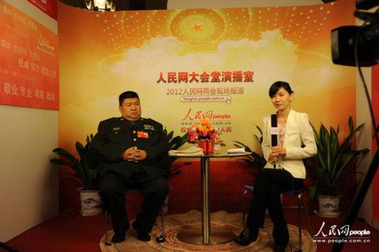 政协委员毛新宇做客人民网演播室。