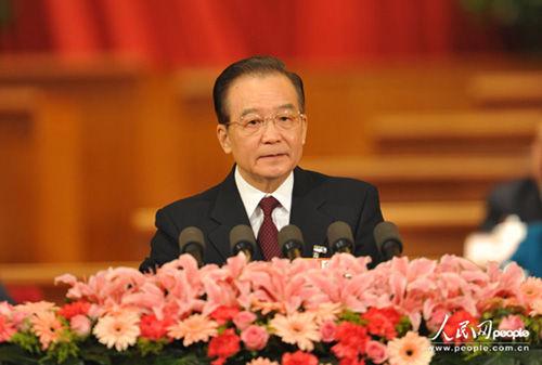 温家宝代表国务院向大会作政府工作报告。