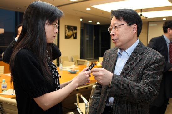 中央统战部副部长、全国政协副秘 书长陈喜庆接受《小康》记者采访