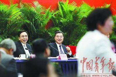 3月5日下午,中共中央政治局委员、广东省委书记汪洋(右),广东省长朱小丹(左)愉快地聆听代表与记者的交流。本报记者 赵青摄