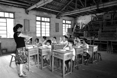 去年年底,湖南邵阳市新邵县被纳入国家特困地区。图为老师在给当地学生上课。资料图片