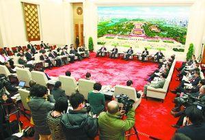 昨天,十一届全国人大五次会议北京代表团在人民大会堂举行全体会议,审议政府工作报告。会议室打开大门,全程向媒体开放。   本报记者 戴冰摄