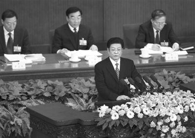 昨日,受全国人大常委会委托,全国人大常委会副委员长王兆国向大会作关于刑诉法修正案草案的说明。本报记者 吴江 摄