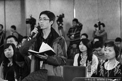 """在""""深化文体改革,促进文化大发展大繁荣""""的记者会上,本报记者王鑫昕提问。本报记者 陈剑摄"""