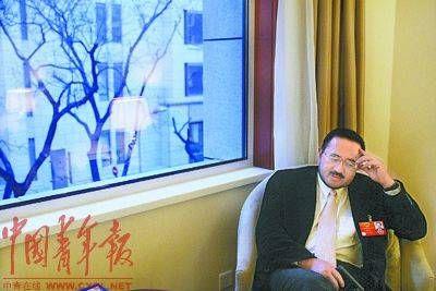 3月3日,全国人大代表韩德云在重庆团驻地自己的房间里。  本报记者 赵青摄
