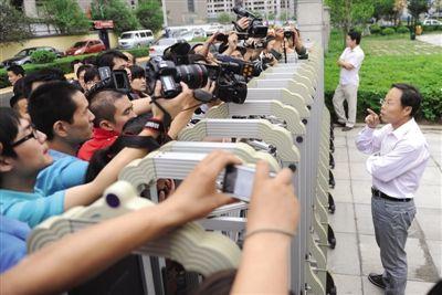 2011年5月20日,药家鑫案原告民事诉讼代理人张显,向守在法庭外的媒体宣布判决结果。
