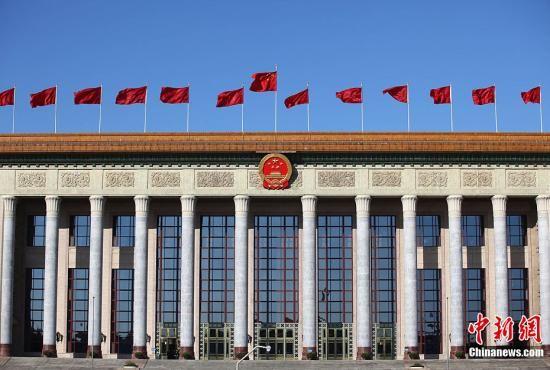 3月11日上午,北京天气晴好,人民大会堂前红旗招展。当天,全国政协十一届五次会议在北京人民大会堂举行第四次全体会议。中新社记者 泱波 摄