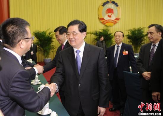 3月4日,中国国家主席胡锦涛、全国政协主席贾庆林来到全国政协医药卫生界、社会福利和社会保障界委员联组讨论现场,与委员们共商国是。中新社记者 廖攀 摄