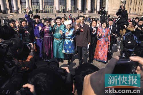■闭幕式后,委员们走出人民大会堂,与媒体挥手告别。
