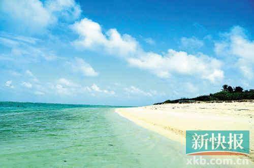 """■永兴岛又名""""林岛"""",因岛上林木深密得名。岛的东西长约l850米,南北宽约ll60米,面积约2.1平方公里,是西沙群岛中最大的岛屿。 新华社发"""
