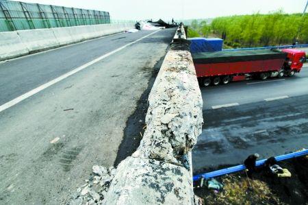 三辆拉煤车压歪高速路匝道