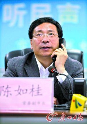 昨日,陈如桂接听12345,听民意解民忧。记者骆昌威 摄